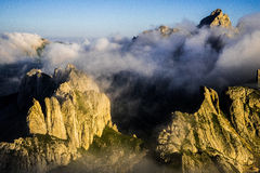 Foschia della montagna di forma dei denti di mattina Fotografia Stock Libera da Diritti