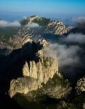 Foschia della montagna di forma dei denti di mattina Fotografie Stock