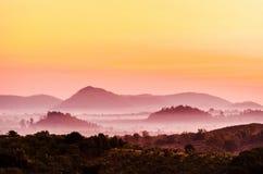 Foschia della montagna di mattina Immagine Stock