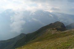 Foschia di mattina alta nelle montagne fotografia stock