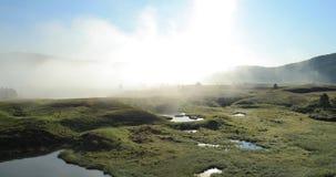 Foschia di mattina che appende sopra il lago stock footage