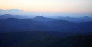 Foschia di mattina della montagna immagini stock libere da diritti