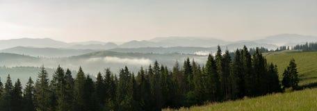 Foschia di mattina fra le catene montuose Immagine Stock