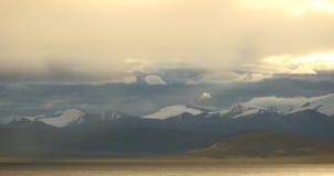 foschia di mattina 4k sopra il namtso del lago, Tibet mansarovar, montagne distanti della neve stock footage