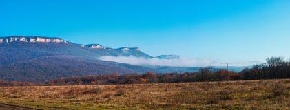 Foschia di mattina nelle montagne Immagini Stock Libere da Diritti