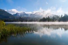 Foschia di mattina sopra il lago della montagna di Strbske Pleso Immagine Stock Libera da Diritti