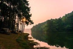 Foschia di mattina su un lago tropicale calmo della montagna in Pang Ung, provincia di Mae Hong Son, Tailandia fotografie stock libere da diritti