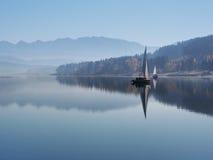 Foschia di primo mattino al bacino idrico di Orava Fotografie Stock Libere da Diritti
