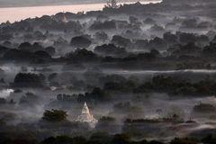 Foschia di primo mattino - Bagan - Myanmar fotografie stock libere da diritti