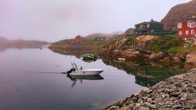 Foschia di primo mattino in Sisimiut, Groenlandia fotografie stock