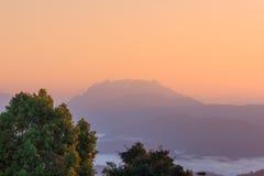Foschia e nebbia di mattina che si muovono lentamente dal punto di vista nell'alba all'alta montagna in Chiangmai, Tailandia Fotografia Stock Libera da Diritti
