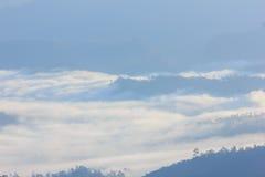 Foschia e nebbia di mattina che si muovono lentamente dal punto di vista nell'alba all'alta montagna in Chiangmai, Tailandia Immagine Stock