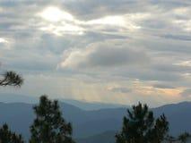 Foschia ed alba di mattina nel Nord delle attrazioni naturali della Tailandia fotografia stock libera da diritti