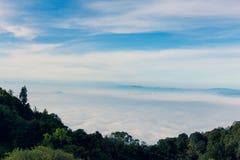 Foschia nelle montagne, cielo blu luminoso, nuvole di mattina in FO Fotografie Stock Libere da Diritti