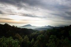 Foschia nelle montagne, cielo blu luminoso, nuvole di mattina in FO Fotografia Stock Libera da Diritti