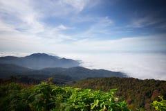 Foschia nelle montagne, cielo blu luminoso, nuvole di mattina in FO Immagine Stock Libera da Diritti