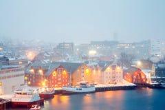 Foschia Norvegia di inverno di paesaggio urbano di Tromso Fotografia Stock Libera da Diritti
