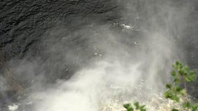 Foschia a partire dalla caduta dell'acqua video d archivio