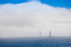 Foschia sola delle barche a vela di mattina Immagini Stock
