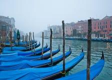 Foschia sopra il canale e le gondole principali di Venezia immagini stock