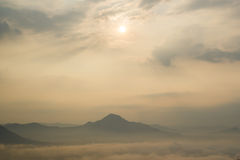 Foschia sopra le montagne Fotografia Stock