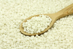 Fosfatgödningsmedel i en träsked Arkivfoto