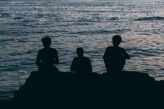 Fosh de travamento de três homens no mar fotografia de stock