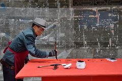 FOSHAN, КИТАЙ - ОКОЛО ЯНВАРЬ 2019: Двустишие благословением сочинительства старика на случае фестиваля весны стоковая фотография