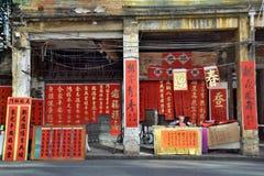FOSHAN, CHINA - CIRCA IM JANUAR 2019: Ein Stand der calligrapherÂs, wo ein Schreibkünstler eine Pause macht lizenzfreie stockfotografie