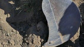 Foso de excavación del cubo del excavador para reparar el cable óptico almacen de metraje de vídeo