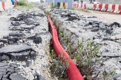 Foso subterráneo con la tubería de las aguas residuales en el construc de la infraestructura imagen de archivo libre de regalías