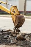Fossé de creusement d'excavatrice de roue sur la terre rocheuse Image libre de droits