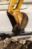 Fossé de creusement d'excavatrice de roue sur la terre rocheuse Images libres de droits