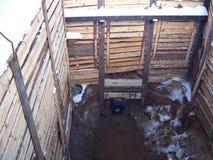 fossé de travail de réparation, renforcement des murs des panneaux d'un fossé, fonctionnement, tuyau, montages de tuyauterie, bar photographie stock libre de droits