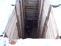 fossé de travail de réparation, renforcement des murs des panneaux d'un fossé, fonctionnement, tuyau, montages de tuyauterie, bar photographie stock