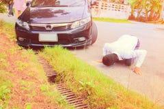 Fossa di caduta dell'automobile di incidente sulla strada immagine stock libera da diritti