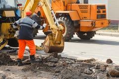 Fossa di scavatura dell'escavatore della ruota su terra rocciosa Immagine Stock Libera da Diritti