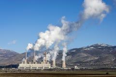 Fossil tankar kraftverket i funktion royaltyfri fotografi