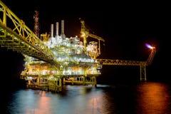 Fossila bränslen som bearbetar plattformen i nattplats Royaltyfri Bild