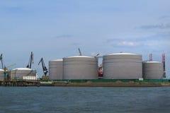 Fossila bränslenbehållare i raffinaderiet royaltyfri bild