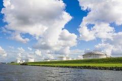 Fossila bränslenlagringsbehållare förlade allong kusten Royaltyfria Foton