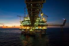 Fossila bränslenplattform i golfen eller havet, den frånlands- oljan och riggkonstruktionsplattformen Royaltyfri Foto