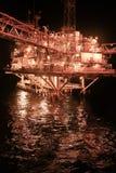 Fossila bränslenplattform i golfen eller havet, världsenergin, frånlands- olja och riggkonstruktion royaltyfria bilder