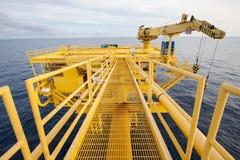 Fossila bränslenprocessplattform Avlägsen plattform för produktionfossila bränslen, konstruktion i frånlands- royaltyfri fotografi