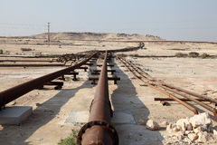 Fossila bränslenrörledning i öknen Royaltyfria Bilder