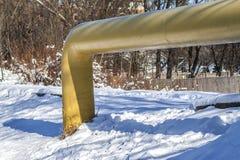 Fossila bränslenrörledning som kommer från jordningen i vinter royaltyfri fotografi
