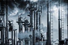 Fossila bränslenraffinaderi som är industriell Royaltyfri Fotografi
