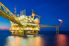 Fossila bränslen som bearbetar plattformen och att producera gascondensaten och vatten och överfört till onshore raffinaderiet Royaltyfri Bild