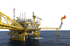 Fossila bränslenplattform eller konstruktionsplattform i golfen eller havet Royaltyfria Bilder