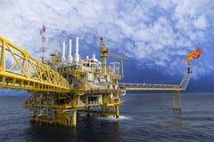 Fossila bränslenplattform eller konstruktionsplattform i golfen eller havet Arkivbilder